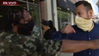 Video: intentan arrebatar micrófono de reportero de Telemundo durante protestas por Floyd en California