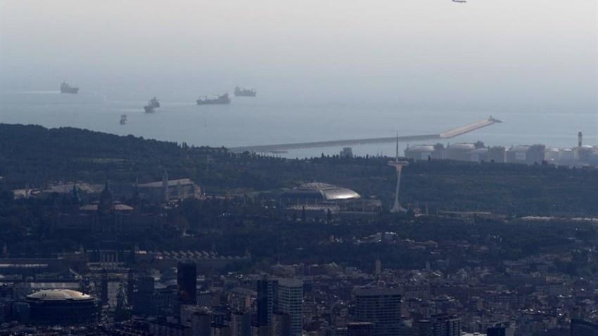 Vista del puerto de la ciudad de Barcelona que está bajo un episodio de alta contaminación tras detectar altos niveles de partículas en el aire.