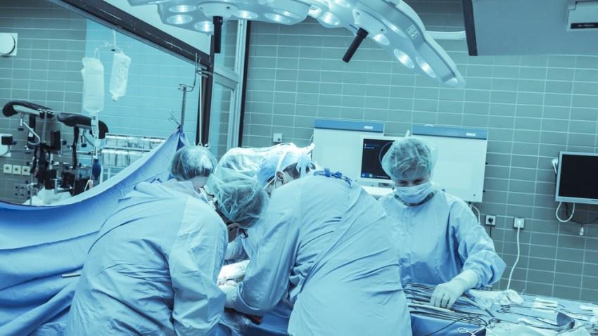 TLMD-generica-medicos-operacion-cirugia-trasplante-shutterstock_352830641
