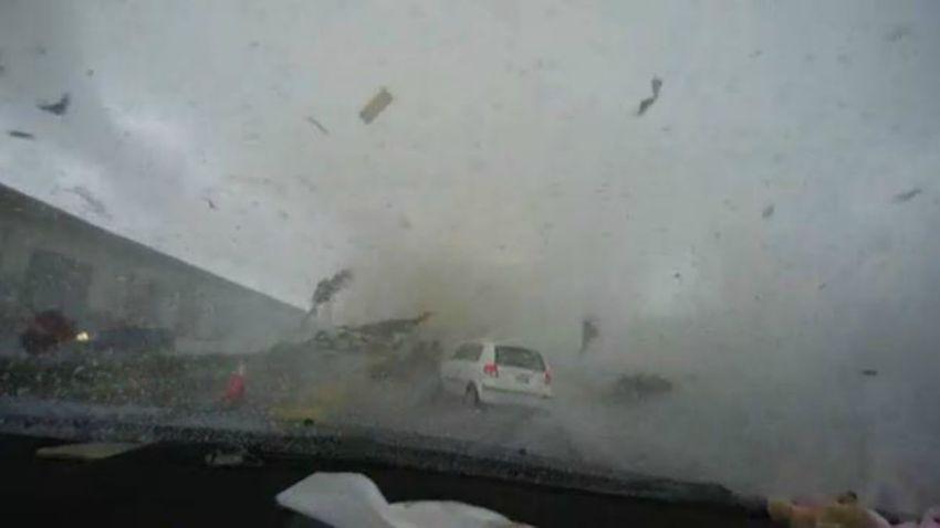 Tornado se traga carro en Taiwan