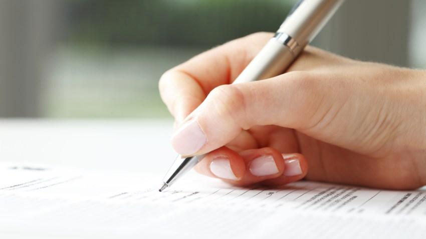 Persona llenando un formulario