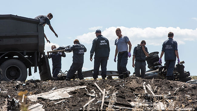 tlmd_transportan_cadaveres_avion_derribado_mh17