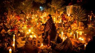 Cementerio iluminado por el Día de Muertos en México
