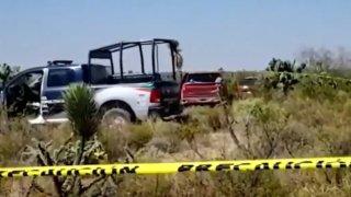 Camioneta y vehículos de la policía en un campo en San Luis Potosí