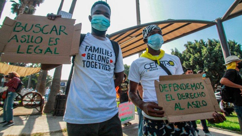Un par de migrantes haitianos se une a las protestas