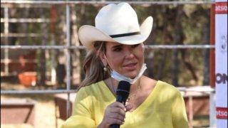 Gobernadora de Sonora usa un sobrero y habla por micrófono