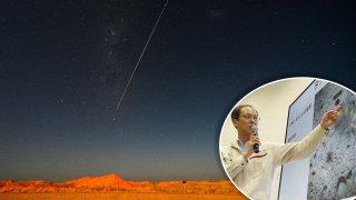 La muestra de la sonda Hayabusa-2 de JAXA cae a la tierra después de aterrizar y recolectar material de un asteroide, se ve desde Coober Pedy en Australia del Sur el 6 de diciembre de 2020.
