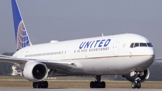Fotografía de archivo de un avión de la aerolínea United.