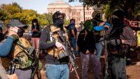 Armados con rifles de asalto, simpatizantes de Trump protestan en el Capitolio de Texas