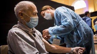 Un hombre de 75 años recibe la vacuna contra el COVID-19