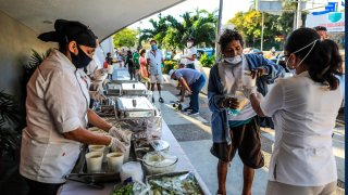 Personal de un hotel reparten cenas calientes en Acapulco