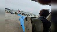 Increíble: pasajero de avión ve cómo la puerta de emergencia  vuela justo antes del despegue