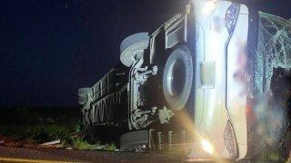 Autobús volcado en una carretera de Tamaulipas