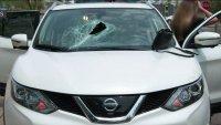 De terror: barra de metal se estrella en el parabrisas de auto en movimiento