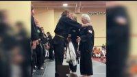 A los 83 años: abuela recibe de Chuck Norris un cinturón negro de karate