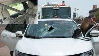 Aterrador: barra de metal se cae de una camioneta y se estrella contra auto que iba detrás
