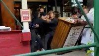 Golpiza a trabajadora de restaurante por pedir prueba de vacunación en Nueva York