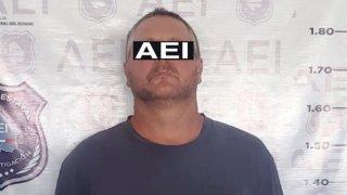 Imagen de un hombre capturado en Chihuahua al que le ponen un rectángulo negro con las letras AEI
