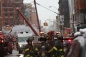 El inmenso aparato se desplomó sobre la calle en medio de una tormenta de nieve.