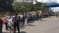 Agentes federales frenan por la fuerza a migrantes