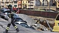Un socavón devora 20 coches y causa daños