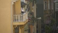 Asalta banco y lanza el dinero desde un balcón