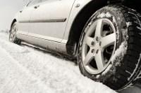 Consejos para que te prepares si tienes que manejar bajo una tormenta invernal o frío intenso.