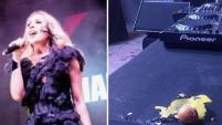 La artista española tuvo que abandonar el escenario tras ser atacada a huevos.
