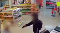 Sin pensarlo dos veces, el cliente de una carnicería en Monterrey, México se lanza contra sujeto armado.