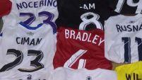 Un aficionado boliviano ha coleccionado casi 200 camisetas utilizadas por futbolistas profesionales.