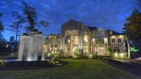 La casa, que tiene más de 17,000 pies cuadrados y un clóset de 3,000 pies tiene un precio de venta de $7,900,000. Hace dos años, la casa fue puesta en venta por...