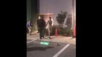 La Oficina del Alguacil del Condado de Highland, Florida, reveló el video del momento de la captura del sospechoso tras un tiroteo mortal en un banco...