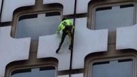 Alain Robert terminó arrestado tras subir los 500 pies de una torre en París.