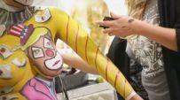 Maggie López, residente del sur de California, ha llevado la campaña política como arte al cuerpo femenino.