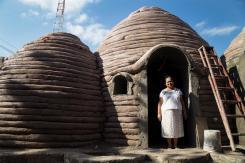 """Indestructible: perdió su casa en terremoto y le regalan """"pirámide"""" irrompible"""