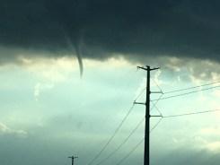 Captado en cámara: nube embudo en el cielo de Illinois
