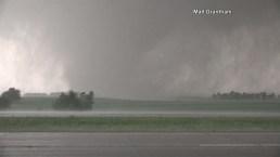 Tornado de media milla de ancho toca tierra en Kansas