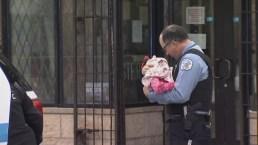 Ternura entre la adversidad: oficial mece a bebé rescatado de atrincheramiento