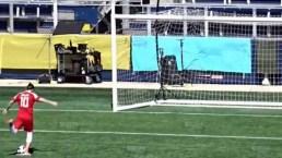 Maluma enfrenta problemas para anotar gol en grabación de video