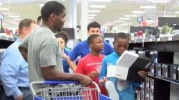 Jugador de la NFL sorprende a unos 20 niños con tarde de compras