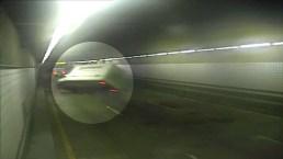 Captado en cámara: un camión se vuelca en un túnel