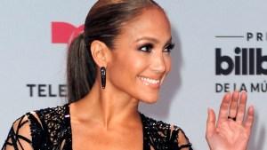 JLo con atrevido vestido en alfombra roja de Premios Billboard