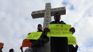 Migrantes se acercan a línea fronteriza a ver a Trump