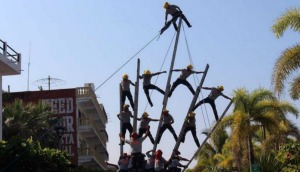 Bomberos caen desde seis metros de altura
