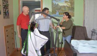Organización brinda equipo médico a pacientes necesitados
