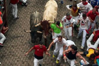 En Pamplona: toro manda a hombre de Chicago al hospital