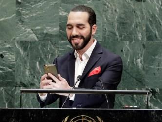 Presidente Bukele se saca una selfie al hablar ante ONU