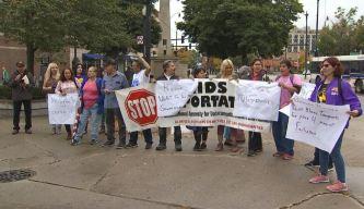 Activistas pro inmigrantes comparan al gobernador de IL con Trump