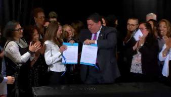 Pritzker promulga protecciones para jóvenes inmigrantes