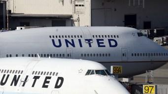 Avión rumbo a Chicago se desliza al aterrizar en la pista